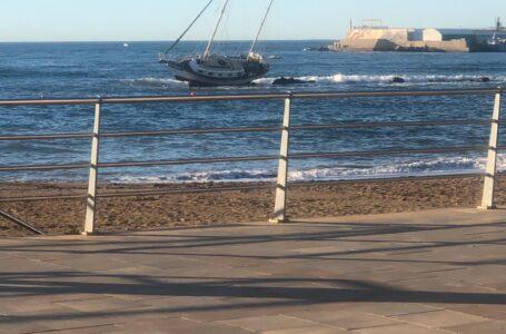El viento deja un velero encallado a 50 metros de la costa de Águilas