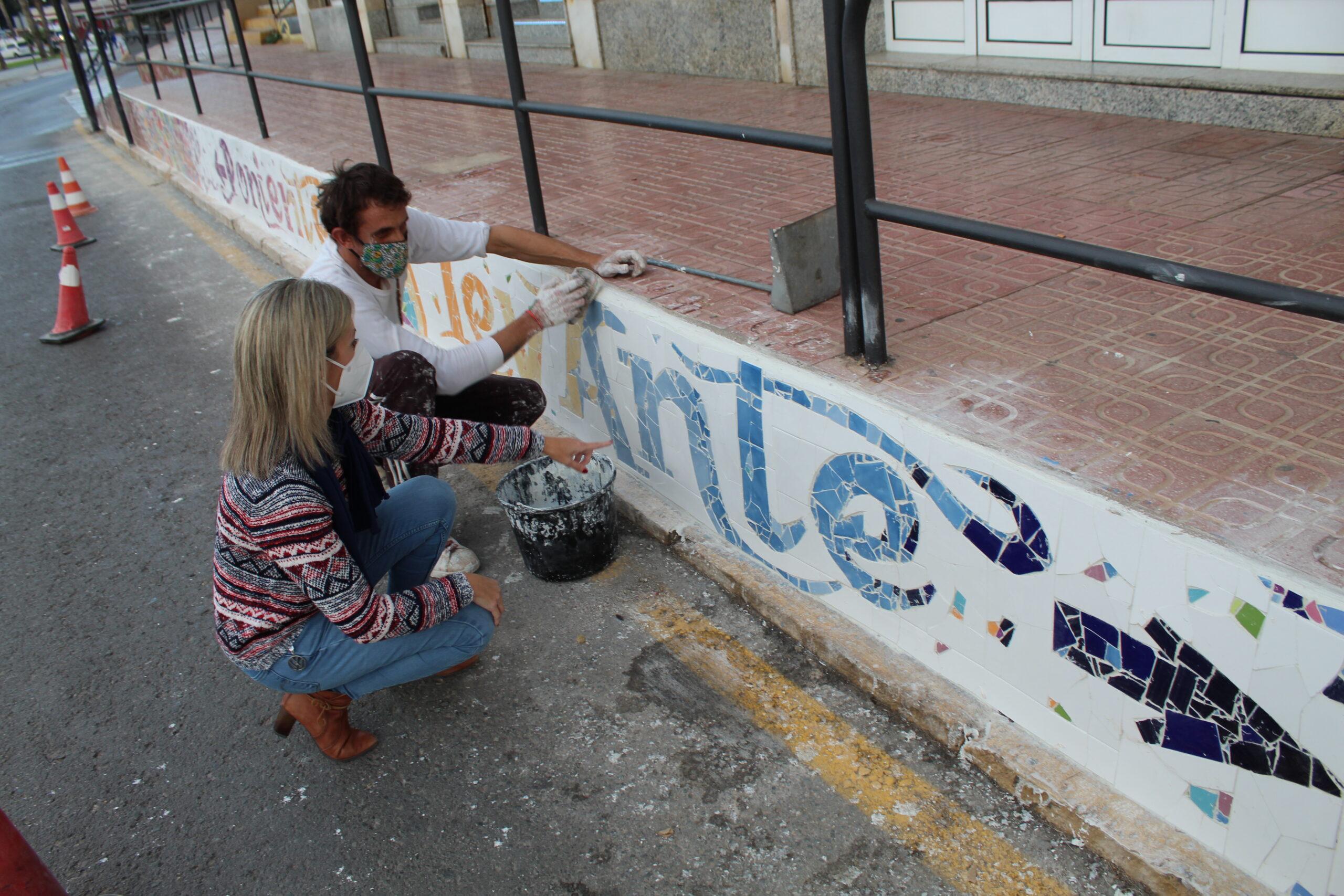 Finaliza el grafiti sobre mosaico del Paseo de Parra