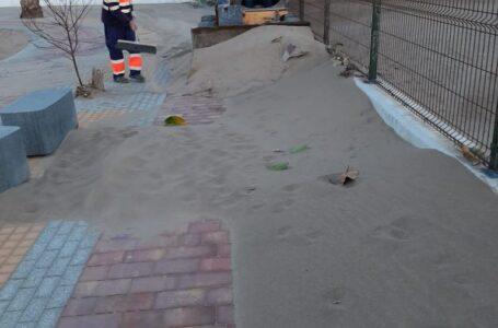 Limpian los paseos de Castellar y Bolnuevo tras el temporal de viento