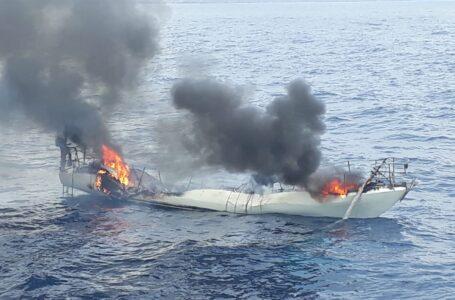 Arde un velero frente a las costas de Mazarrón