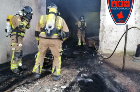 Extinguido un incendio en las instalaciones de una empresa de piensos en Alhama de Murcia